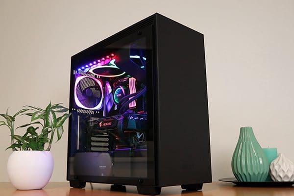 Foto van een game-pc met glazen paneel en RGB-verlichting