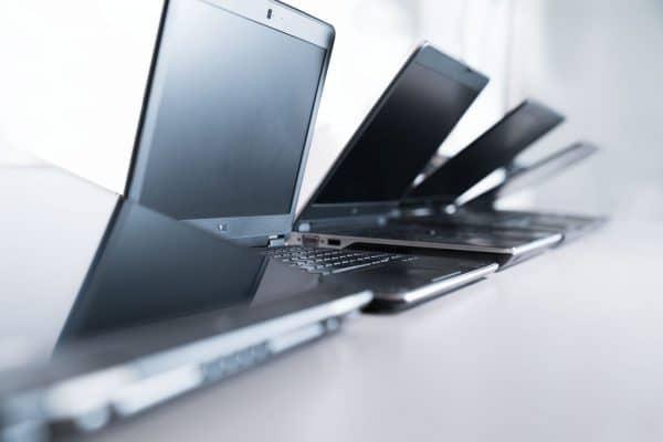 Sfeerafbeelding van meerdere laptops op een rij