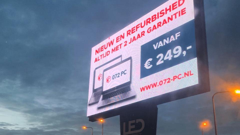 Foto van 072-PC reclame op een LED-billboard